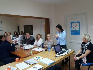 """Акредитовани програм обуке """"Поступање центра за социјални рад у организовању помоћи и подршке породици у случајевима постојања ризика од измештања деце"""""""